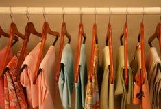Frühlingskleidung auf hölzernen Aufhängungen Lizenzfreies Stockfoto