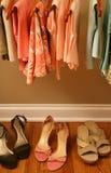 Frühlingskleidung der Frauen im Wandschrank stockfotografie