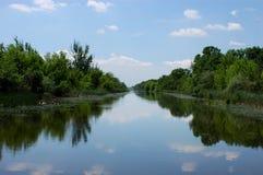 Frühlingslandschaft auf einem nebelhaften Fluss Stockfoto
