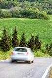 Frühlingslandschaft, Autoauf Landstraße schnell fahren Stockbilder