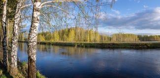 Frühlingslandschaft in dem Ural-Fluss mit Birke, Russland Lizenzfreie Stockfotografie
