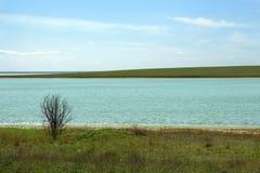 Frühlingslandschaft in den kalten Farben Zwei Küstenlinien von einem Fluss Stockfotografie