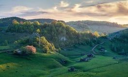 Frühlingslandschaft in einem Dorf in Rumänien stockfotos