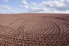 Frühlingslandschaft mit Ackerbau und Wolken Lizenzfreies Stockbild