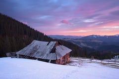 Frühlingslandschaft mit altem Haus Lizenzfreie Stockfotografie