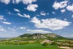 Frühlingslandschaft mit blauem Himmel und Wolken Lizenzfreies Stockfoto