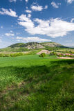 Frühlingslandschaft mit blauem Himmel und Wolken - Palava-Hügel, Czec Stockbild