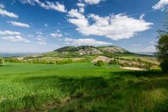 Frühlingslandschaft mit blauem Himmel und Wolken - Palava-Hügel, Czec Stockbilder