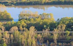 Frühlingslandschaft mit dem Fluss und der Eisenbahn Lizenzfreie Stockfotos