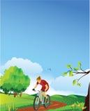 Frühlingslandschaft mit einem Gebirgsradfahrer. Stockfotografie