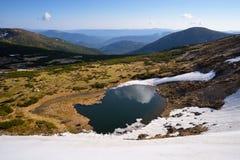 Frühlingslandschaft mit einem Gebirgssee Stockfoto