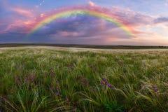 Frühlingslandschaft mit Regenbogen Lizenzfreies Stockfoto