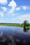 Frühlingslandschaft mit Teich Lizenzfreies Stockfoto