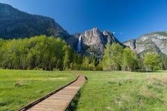 Frühlingslandschaft mit Weg zum Wasserfall lizenzfreies stockfoto
