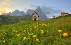 Frühlingslandschaft von Dolomit mit Ansicht einer reizenden Kirche an den Vorbergen von schroffen Bergspitzen lizenzfreies stockfoto