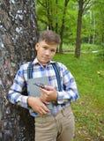 Frühlingslesebuchsommer jugendlich sitzende Lächelnherbststudentenspaß-Kindheit der Waldporträtperson flirtend lächelnde grüne Su Lizenzfreie Stockfotografie