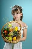 Frühlingsmädchen, das Ostern-Korb zeigt Lizenzfreie Stockfotografie