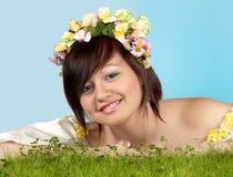 Frühlingsmädchen im Gras Stockbild