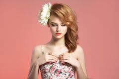 Frühlingsmädchen mit Blume im Haar Lizenzfreies Stockbild