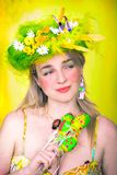 Frühlingsmädchen mit Ostereiern stockfotos