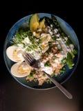Frühlingsmahlzeit: Quinoa, Avocado, Spargel, Ei, Erbsen, Erbsentrieb Stockbild