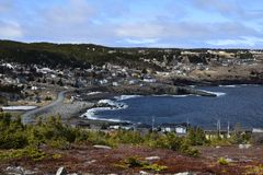 Frühlingsmeerblick entlang der Küste von Neufundland Kanada, nahe Flatrock stockfotografie