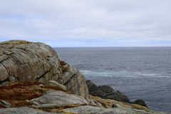 Frühlingsmeerblick entlang der Vater-Troy-` s Spur in Neufundland Kanada, nahe Flatrock stockfoto