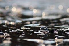 Frühlingsnebenflussschmelzwasser Stockfoto