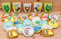 Frühlingsostern-Lebkuchen mit Blumen und Küken auf dem Holz Lizenzfreie Stockfotos