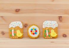 Frühlingsostern-Lebkuchen mit Küken und Kerze auf dem Holz Lizenzfreies Stockfoto