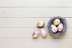 Frühlingsostern-Tulpen im Eimer auf weißem Weinlesehintergrund Lizenzfreie Stockbilder