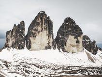 Frühlingspanoramaansicht zu drei Spitzen - enormer Felsen Tre Cime di Lavaredos lizenzfreie stockfotografie