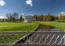 Frühlingspark mit klassischem Gebäude stockfoto
