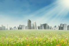 Frühlingspark und moderne Stadt Lizenzfreie Stockfotos