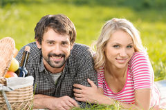 Frühlingspicknick. Liebevolle junge Paare, die herein ein romantisches Picknick genießen Stockbilder