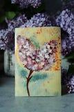 Frühlingsplan von Gegenständen Niederlassungen einer blühenden Flieder, eine Schokoladenkarte stockfotos