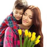 Frühlingsporträt der Mutter und des Sohns am Muttertag Stockbild
