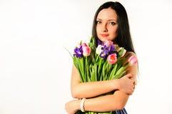 Frühlingsportrait einer Frau mit Blumenstrauß der Tulpen Lizenzfreie Stockfotografie