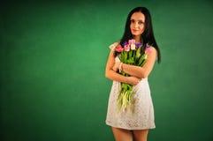 Frühlingsportrait einer Frau mit Tulpen Lizenzfreies Stockfoto