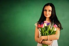 Frühlingsportrait einer Frau mit Tulpen Lizenzfreies Stockbild
