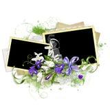 Frühlingsrahmen mit Iris auf dem Papierstapel lizenzfreie stockbilder