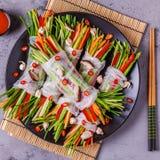 Frühlingsrollen mit Gemüse und Shiitakepilzen auf einer Platte stockbilder