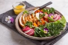 Frühlingssalat mit Gemüse, der Hühnerbrust und essbarem flowe stockfotos