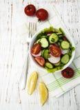 Frühlingssalat mit Tomate, Gurken und Rettich Stockbilder
