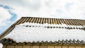 Frühlingsschnee auf Dach stock footage