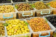 Frühlingssommer Detox-Fruchtgemüsediät Schließen Sie oben vom Erntestapel Supermarktstand sauberen und glänzenden Gemüse/Früchte  lizenzfreie stockbilder