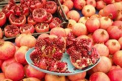 Frühlingssommer Detox-Fruchtgemüsediät Schließen Sie oben vom Erntestapel Supermarktstand sauberen und glänzenden Gemüse/Früchte  lizenzfreies stockbild