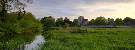 Frühlingssonnenuntergang über St.-Kreuz-Krankenhaus, Winchester, Hampshire, Großbritannien stockfotografie
