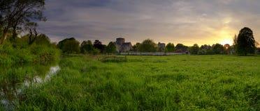 Frühlingssonnenuntergang über St.-Kreuz-Krankenhaus, Winchester, Hampshire, Großbritannien stockbilder