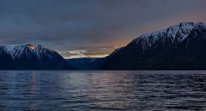 Fr?hlingssonnenuntergang auf einem Gebirgssee lizenzfreie stockbilder